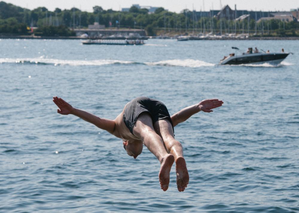 mand hopper på hovedet i havnen ved Refshaleøen