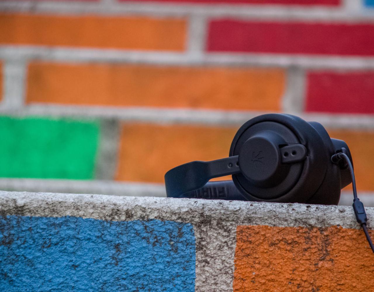 høretelefoner på mur