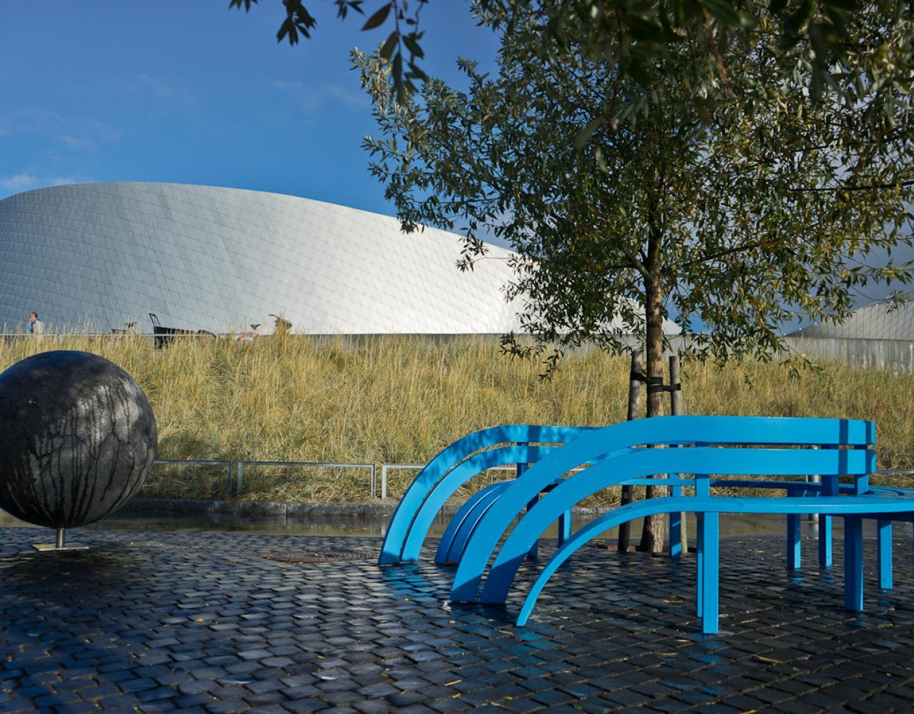 den blå planet blue modified social bench