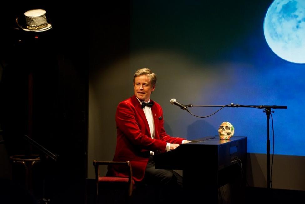 Caspar Phillipson: Late Night Show