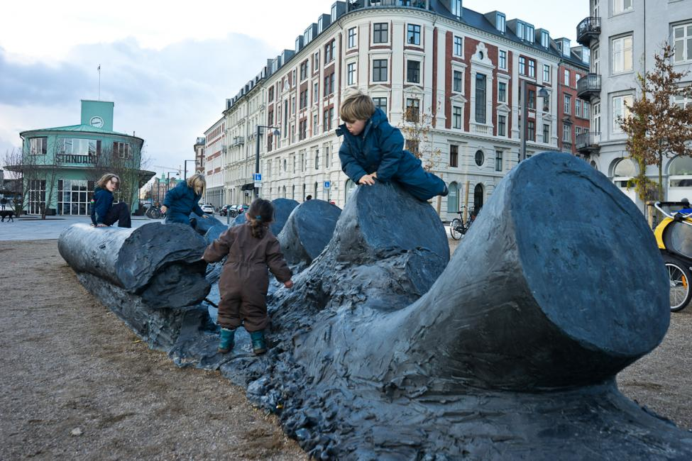 havnegade skulptur klatre børn