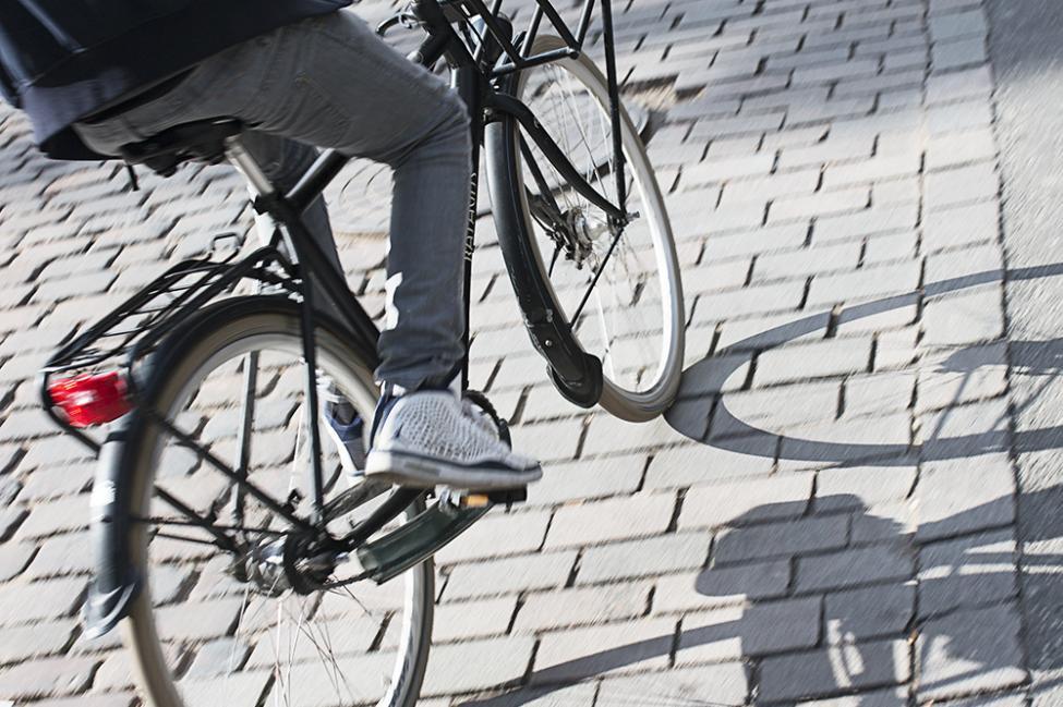 cykel på flade brosten