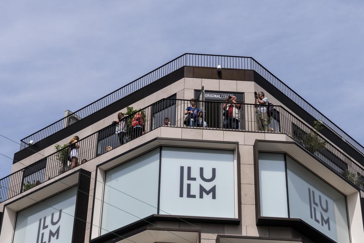 f7028d4f6f7 Vindueskarnapperne er beklædt med messinglegeringen tombak, som også er  brugt på facaden på de øvre etager af Illum. De tætsiddende vinduer med  dybe ...