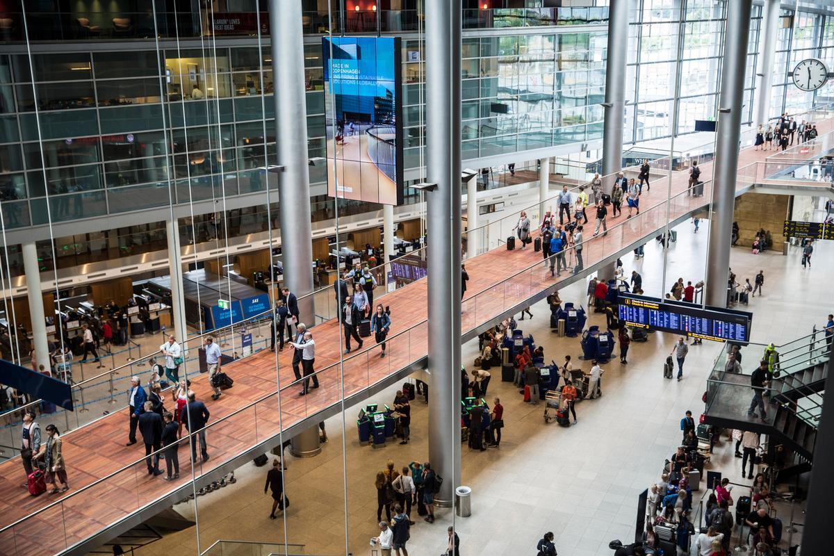 Smutvej I Lufthavnen Ad Landets Laengste Gangbro Magasinet Kbh